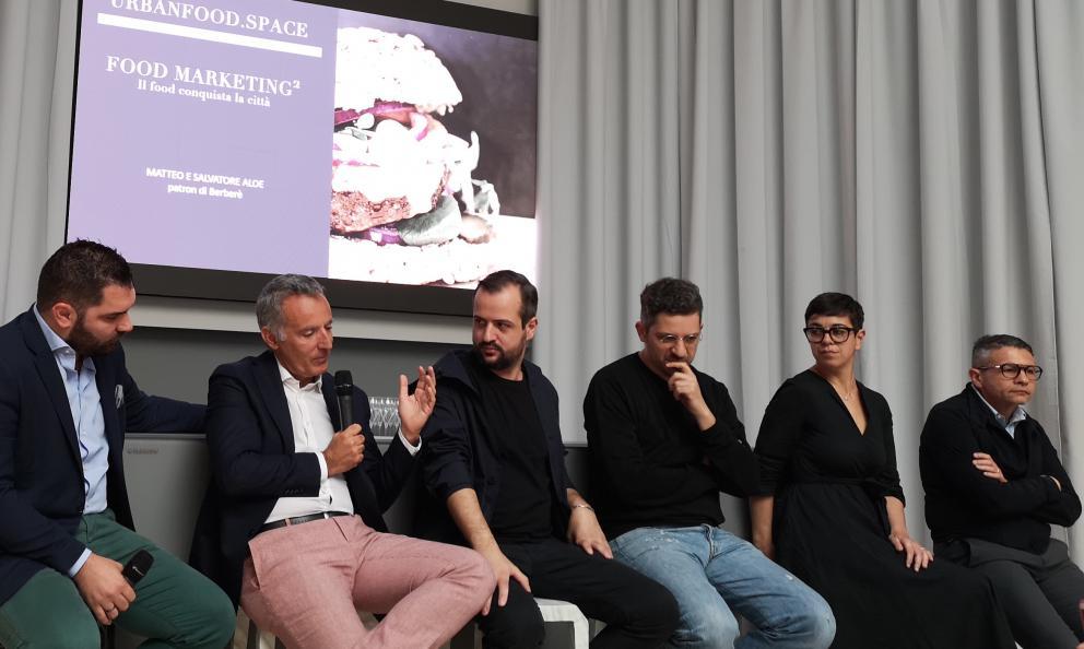 Immagine tratta dalla presentazione del libro Food Marketing2 all'Hub di Identità Golose. Con l'autore Carlo Meo (secondo da sinistra), c'erano Alberto Tasinato (Alchimia, Milano), Matteo e Salvatore Aloe (Berberè), Serena Mela (Frantoiodi Sant'Agata d'Oneglia) e Michele Cannone (Lavazza)