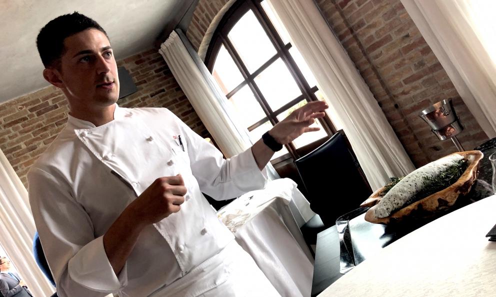 Michelangelo Mammoliti, classe 1985, chef della Madernassa di Guarene (Cuneo) con accanto il bozzolo che contiene manzo marinato nel whisky, uno dei piatti che nascono dialogando con la psicologa Francesca Collevasone