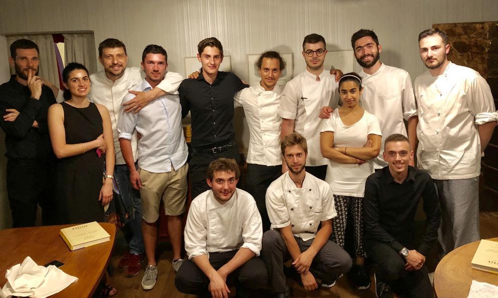 Lo staff del ristorante Dina di Gussago, Brescia. Il patronAlberto Gipponi (terzo da sinistra) è laSorpresa dell'anno per la Guida Identità Golose 2019
