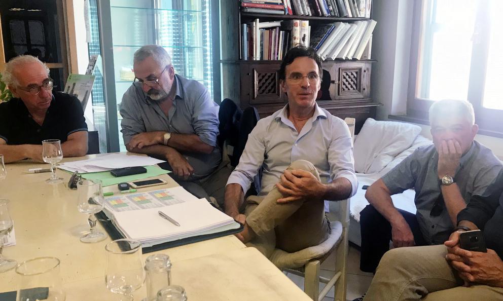 L'incontro a Orosei: Giovanni Pinna, il terzo da sinistra, insieme agli altri rappresentati dei consorzi