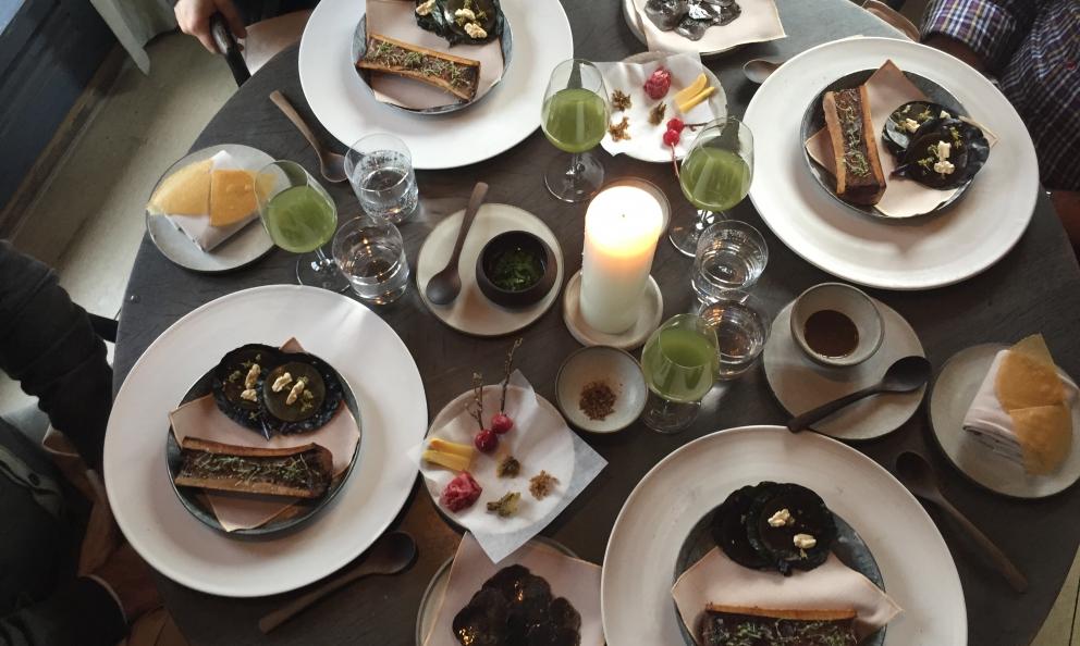 La complessa mise en place del Midollo arrosto, pietanzadell'ultimo menu degustazionedel Noma di Copenhagen. Il ristorante di Rene Redzepi riaprirà,non prima del 2018, pochi chilometri più a nord dalla sede attuale(foto Zanatta)