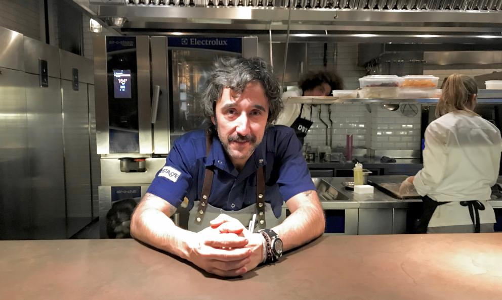 Diego Guerreroat the pass. He's the chef atDSTAgE, two Michelin stars in Madrid. But we'll see him in Italy too, atIdentità Milano 2019,where he'll speak from the stage of the Auditorium on Sunday 24th March at 5.15 pm (see the programme)