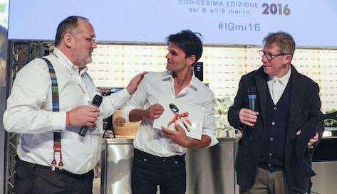 <p>Il&nbsp;Premio Identit&agrave; Naturali&nbsp;&egrave; stato assegnato allo chef&nbsp;crudista statunitense&nbsp;<strong>Matthew Kenney</strong>. Lo ha premiato&nbsp;<strong>Lucio Cavazzoni</strong>,&nbsp;presidente di&nbsp;<em>Alce Nero</em>.</p>