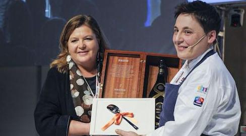 <p>Premio&nbsp;Identit&agrave; Donna&nbsp;ad&nbsp;<strong>Antonia Klugmann&nbsp;</strong>dell&#39;<em>Argine</em>&nbsp;di Venc&ograve; a Dolegna del Collio (Gorizia). Premia&nbsp;<strong>Cristina Ziliani</strong>, responsabile della comunicazione di&nbsp;<em>Guido Berlucchi</em>.</p>