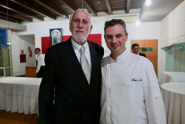 A destra, Claudio Ruta del ristorante La Fenice di Ragusa, con ilnarrAttoreCiccio Schembari, protagonisti di una cena dedicata al capolavoro letterario del Trecento