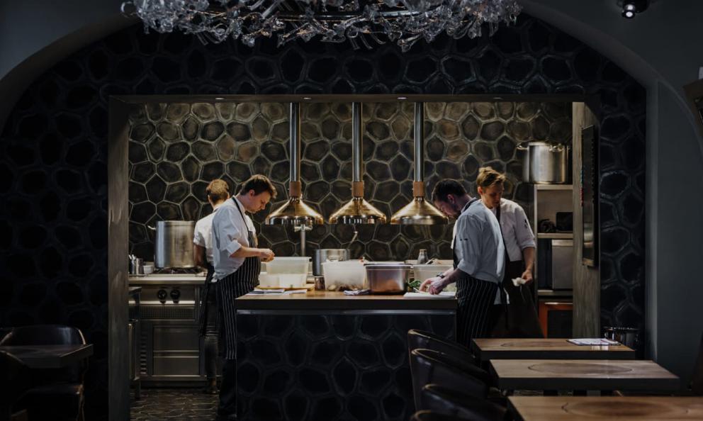 La cucina a vista deLa Degustation Bohëme bourgeoise,indirizzo Haštalká 18, +420222311234,una stella Michelin dal 2012 (fotoladegustation.cz)