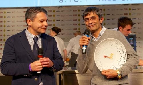 <p><b>Roberto Petza</b>, chef del <i>S'Apposentu </i>a Siddi, premiato da <b>Michele Cannone</b> Italy Food service director di <i>Lavazza</i>: &egrave; suo il Premio <i>Tipicit&agrave; Italiana in Cucina</i></p>