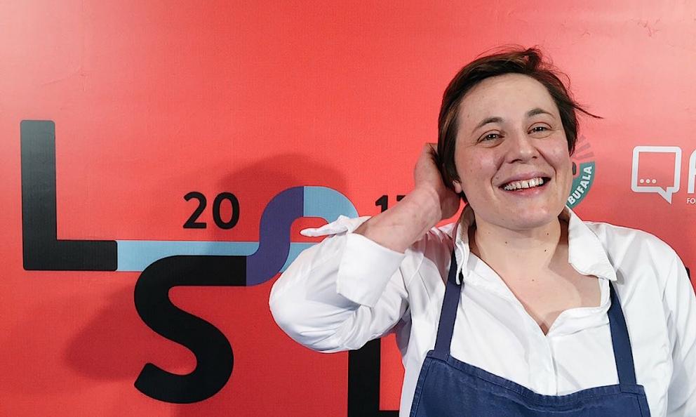 Antonia Klugmann sorride contenta alle Strade della Mozzarella edizoone aprile 2017. Da Masterchef avevano appena annunciato che sarà lei il quarto giudite al posto di Carlo Cracco