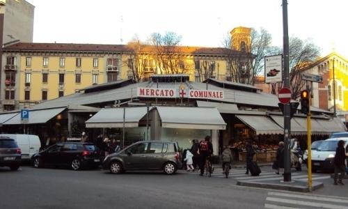 L'ingresso del mercato di piazza Wagner: da giovedì prossimo potrete farvi la spesa seguendo le preziose indicazioni di Aimo Moroni