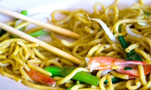 Noodles con ocra e gamberi, piatto fotografato in una food court a Singapore
