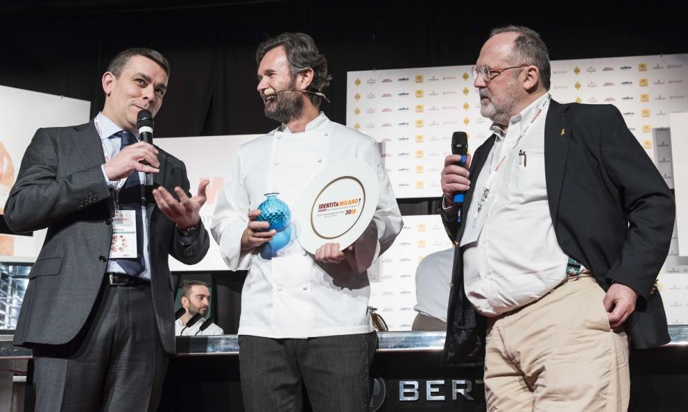 Carlo Cracco riceve il premio Nuove Sfide da Enrico Berto di Berto's
