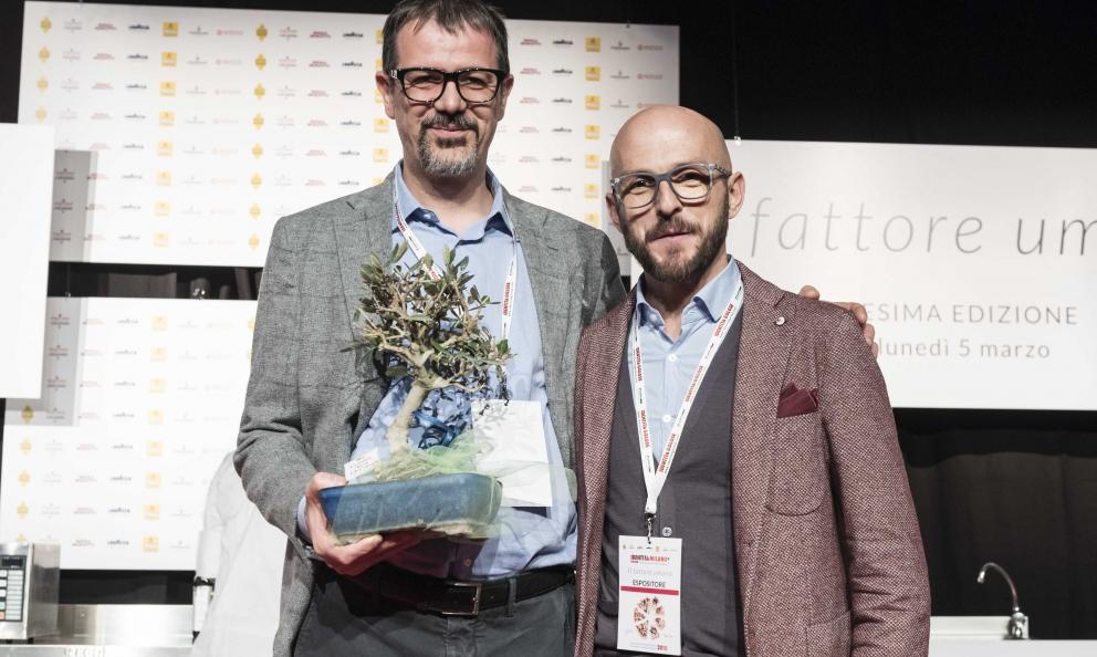 Francesco Coppini di Coppini Arte Olearia premia Antonio Guida