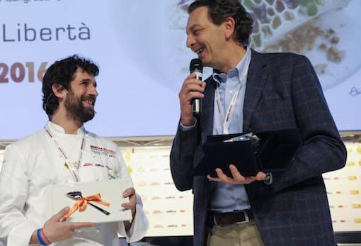 <p>Il premio&nbsp;Piatto dell&#39;anno&nbsp;&egrave; stato assegnato a &quot;Ricchezza e povert&agrave;&quot; di&nbsp;<strong>Matias Perdomo</strong>, chef di&nbsp;<em>Contraste</em>&nbsp;a Milano. A premiarlo,&nbsp;<strong>Cesare Baldrighi</strong>, presidente del&nbsp;<em>Consorzio di Tutela Grana Padano</em>.</p>
