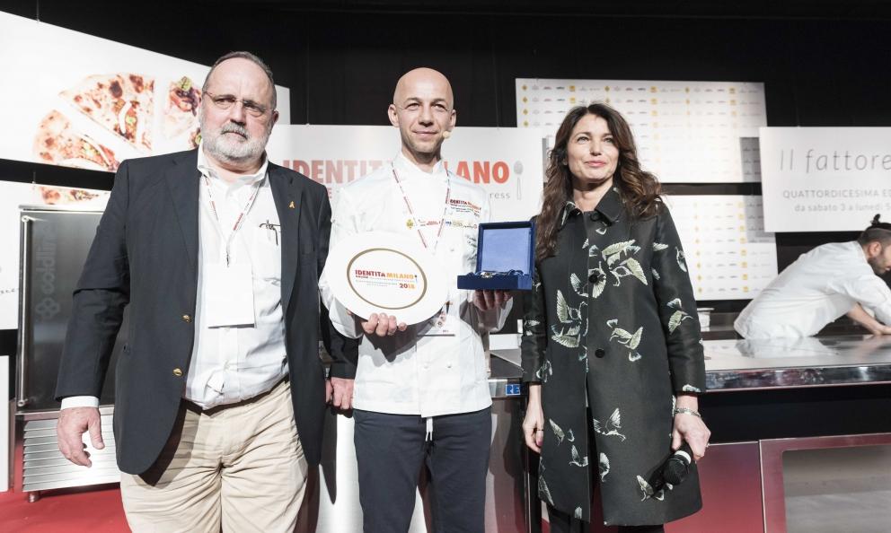 Riccardo Camanini riceve il premio Piatto dell'Anno da Elisabetta SerraiottodelConsorzio di Tutela del Grana Padano