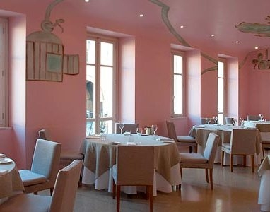 Piazza Duomo's dining room. With 3 Michelin stars, its address is piazza Risorgimento 4 at Alba (Cuneo), tel. +39.0173.366167