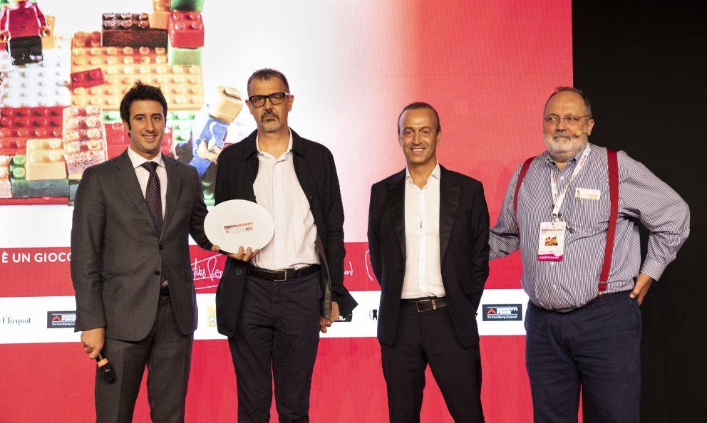 Nicola Bertinelli, Presidente del Consorzio Parmigiano Reggiano, premia il Ristorante Seta, ritirano il premio lo chef Antonio Guida e il maître Manuel Tempesta