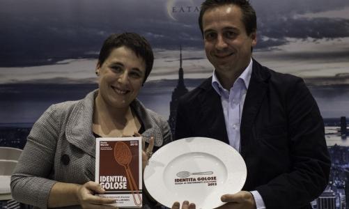 Antonia Klugmann, migliore chef donna per la sesta edizione della Guida ai ristoranti d'autore di Identità Golose, riceve il premio da Marco Barbieri, S.Pellegrino International Relation Team di Sanpellegrino (foto Alessandro castiglioni)