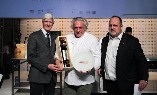 <p>E' <b>Davide Scabin</b> (<i>Combal.zero</i> a Rivoli ma anche <i>Blupum</i> a Ivrea e Mulino a Vino a New York) il cuoco dell'anno. Lo premia <b>Casimiro Maule</b>, direttore della cantina <i>Nino Negri</i>, gruppo <i>Giv</i></p>