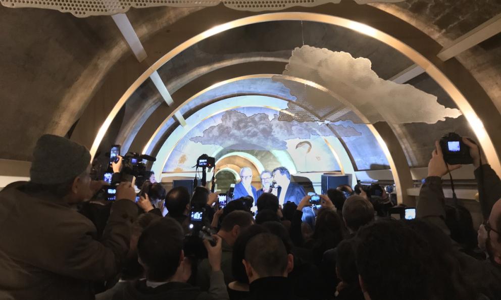 Alain Ducasse, Massimo Bottura e Yannick Alleno alla conferenza di inaugurazione del Refettorio au Foyer de la Madeleine la mattina di giovedì 15 marzo a Parigi. I flash dei fotografi hanno illuminato a giorno i cunicoli di una chiesa che già da tempo ospitava una mensa per i poveri, solo a pranzo però. La nuova realtà assicurerà invece i pasti serali