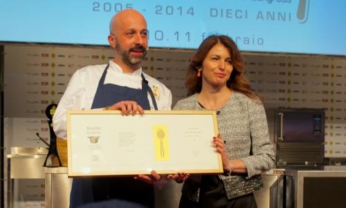 <p><b>Niko Romito</b> del <i>Reale </i>a Castel di Sangro premiato per il <i>Piatto dell'anno</i> (<i>Animelle, panna, limone e sale</i>) da <b>Elisabetta Serraiotto</b>, direttore marketing e comunicazione del <i>Consorzio Grana Padano</i></p>