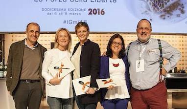 <p><strong>Martino De Rosa</strong>&nbsp;di&nbsp;<em>atCarmen</em>&nbsp;ha premiato&nbsp;<strong>Mariella Organi</strong>&nbsp;della&nbsp;<em>Madonnina del Pescatore</em>&nbsp;di Senigallia (Ancona),&nbsp;<strong>Rossella Cerea&nbsp;</strong>di&nbsp;<em>Da Vittorio</em>&nbsp;a Brusaporto (Bergamo),&nbsp;<strong>Mariella Caputo</strong>&nbsp;della&nbsp;<em>Taverna del Capitano</em>&nbsp;di Massa Lubrense (Napoli).</p>