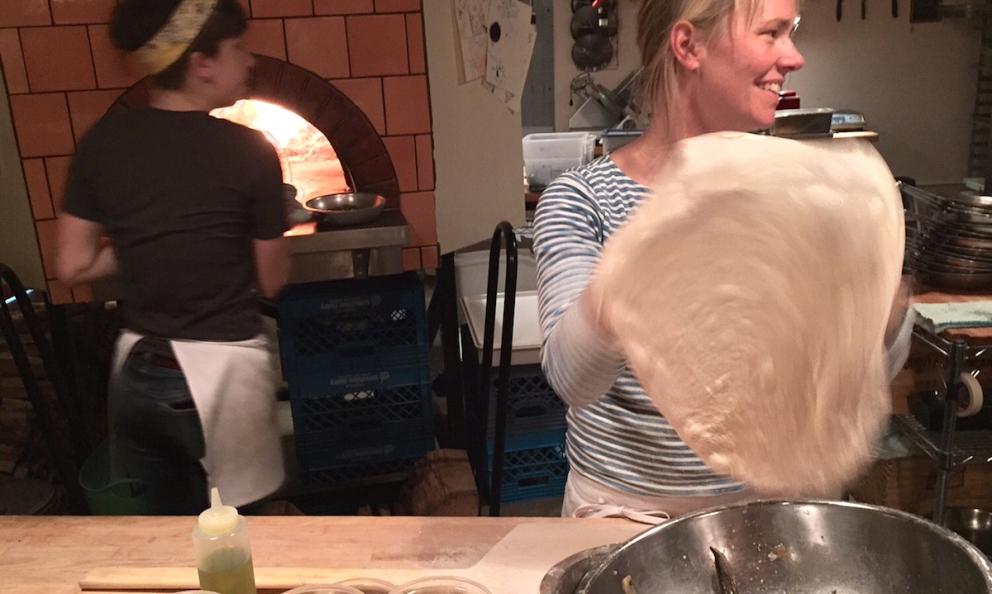 Sarah Minnick al banco di Lovely's Fifty Fifty, la sua pizzeria (e gelateria) a Portland nell'Oregon