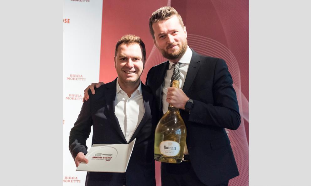 Michele Brando, capo sommelier di Zuma Roma, premiato da Alessandro Massano, sales manager Moet Hennessy Italia