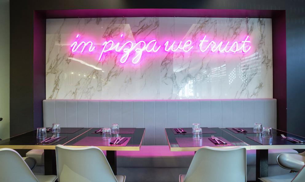 In pizza we trust, Noi crediamo nella pizza, il celebre neon rosa che ha subito contraddistinto la pizzeria di Pier Daniele Seu in via Angelo Bargoni 10-18 a Porta Portese a Roma