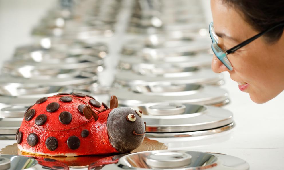 Lucia Sapia spunta sulla destra, nella foto, faccia a faccia con una coccinella-gelato. La Sapia è gran gelatiera in provincia di Varese, con la suaIl Dolce Sogno a Castellanza, Busto Arsizio e Cassano Magnago. Sarà tra i protagonisti di Identità di Gelato al congresso Identità Milano, alle 12,15 di sabato 23 marzo, insieme al collegaMaurizio Bernardini della gelateria Galliera 49 diBologna