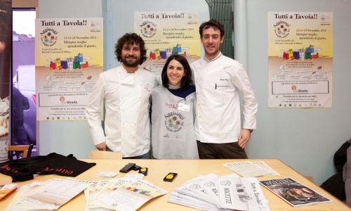 Matias Perdomo con il suo sous-chef Simon Press e una volontaria dell'Associazione La Strada all'interno del mercato Ponte Lambro