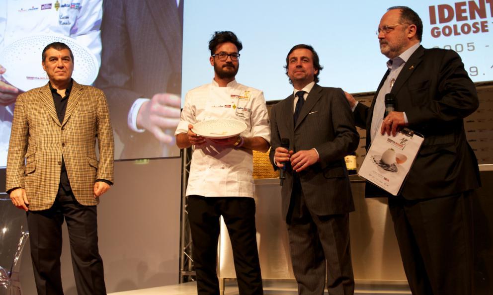 <p><b>Luciano Monosilio </b>chef del ristorante <i>Pipero al Rex </i>di Roma riceve il premio<i> Vent'Anni </i>da <b>Marco Barbieri</b>, <i>S.Pellegrino</i> international relation team. Con loro <b>Paolo Marchi</b></p>