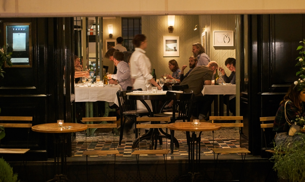 L'ingresso del ristorante Tondo in rue de Cotte 29 a Parigi. Il cuoco sardo Simone Tondo l'ha aperto l'11 giugno 2016, nella stessa sede della Gazzetta di Petter Nilsson, precusore della bistronomie parigina conIñaki Aizpitarte