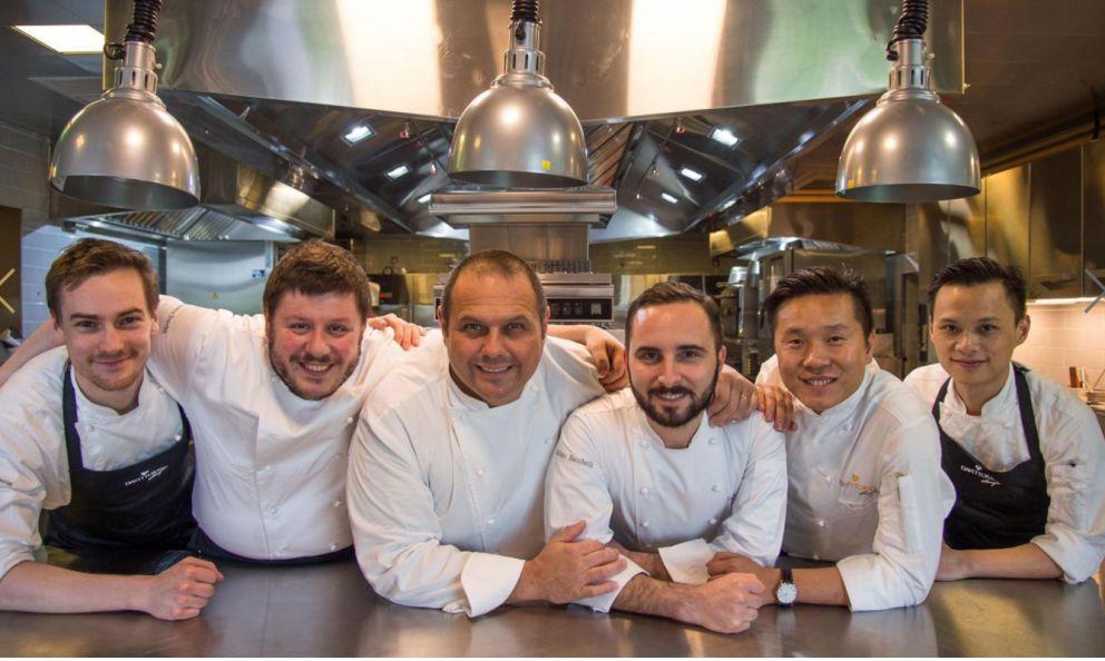 Lo staff di DaVittorio Shanghai, al centro si riconoscono Bobo Cerea e l'executive chef Stefano Bacchelli