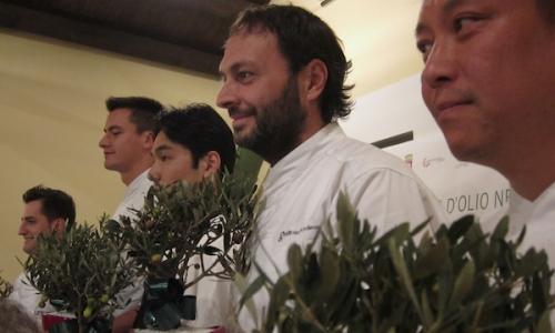 I cinque chef che ad Andria in Puglia hanno dato vita alla kermesse 2011 di Qoco. Da sinistra verso destra, Felice Sgarra, Enrico Panero, Ishii Hidenao, Ugo Alciati e Alex Pilas. Per tutti loro, per ricordo, una pianta bonsai di olivo di cultivar Coratina