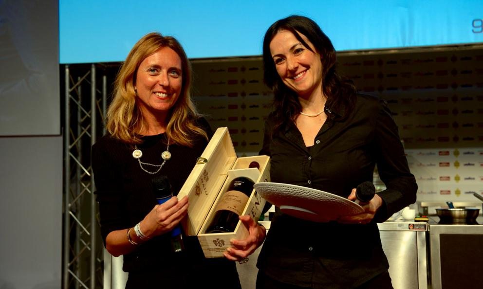 <p><b>Emanuela Tommolini</b>, chef dell'<i>Osteria Espr&igrave; </i>a Colonnella (Teramo), premiata da <b>Nadia Zenato</b> della cantina <i>Zenato</i>: &egrave; lei <i>Identit&agrave; Donna 2014</i></p>