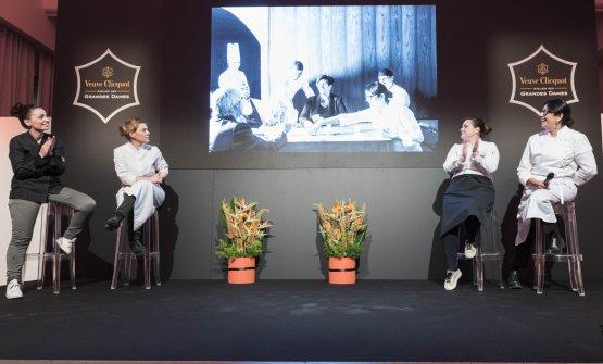 Marianna Vitale, Iside De Cesare, Caterina Ceraudo e Isa Mazzocchi con una delle foto del percorso per immagini realizzato da Veuve Clicquot