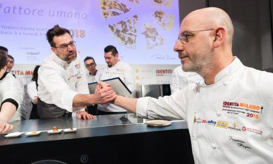 La stretta di mano tra Bosco e FrancoPepe, sullo schermo la pizza simbolo di Identità Milano 2018, firmata dai due