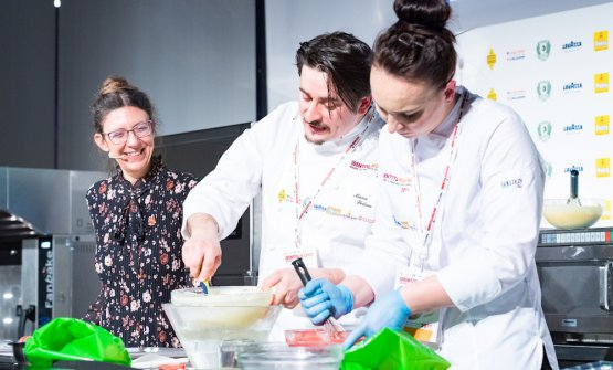 Pedron al lavoro sotto gli occhi di Cristina Viggè, che ha condotto le lezioni di Pasticceria Italiana Contemporanea a Identità Milano 2019