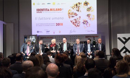 Il dibattito a Identità Milano 2018: da sinistra Andrea Grignaffini, Andrea Sinigaglia, Dominga Cotarella, il moderatore Federico De Cesare Viola, Antonello Maiella, Matteo Zappile edHervé Fleury (foto Brambilla-Serrani)