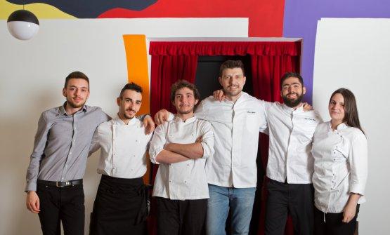 Alberto Gipponi in posa con la squadra di Dina. Su