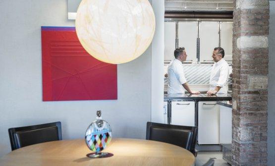 Sulla destra, lo chef Giancarlo Perbellini in cucina