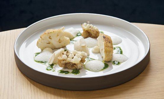 Cavolfiore arrostito, il suo cous cous, salsa verde, capperi, ajo bianco alle mandorle e polvere di vaniglia: uno dei nuovi piatti vegetariani di Casa Perbellini