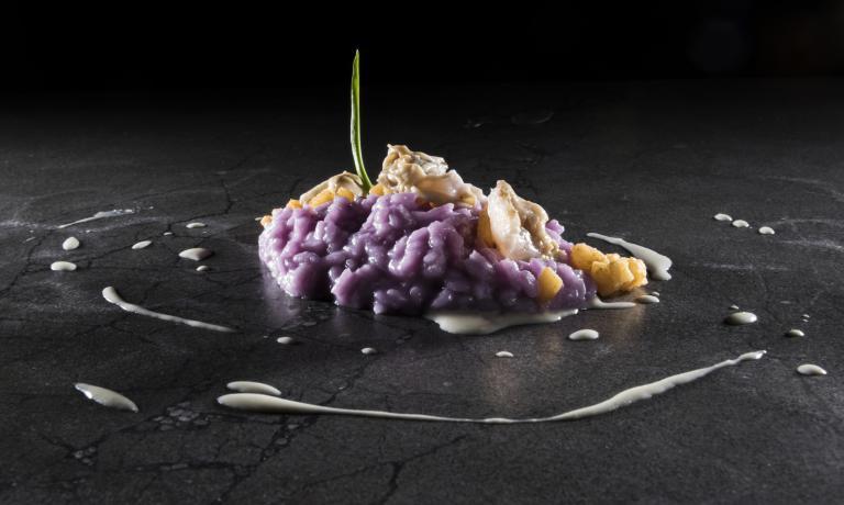 Risotto acqua di cavolo viola, mela piccante, ostr