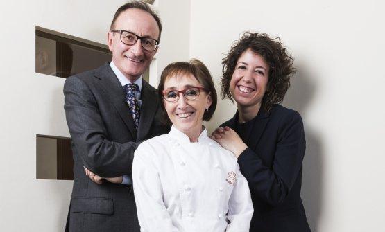 Marta Grassi, chef del Tantris, col marito Mauro Gualadris ed Eleonora Conte «che è la spalla di Mauro in sala, è con noi da 16 anni e ormai fa parte della nostra famiglia allargata. Quest'anno ci ha pure regalato Lorenzo, un bel biondino da coccolare!»