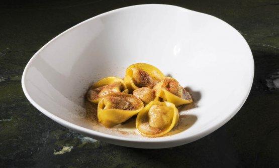 Tortelli ripieno di coniglio, salsa di grana, polvere di pomodoro e piperna. Perfetti(foto Brambilla/Serrani)