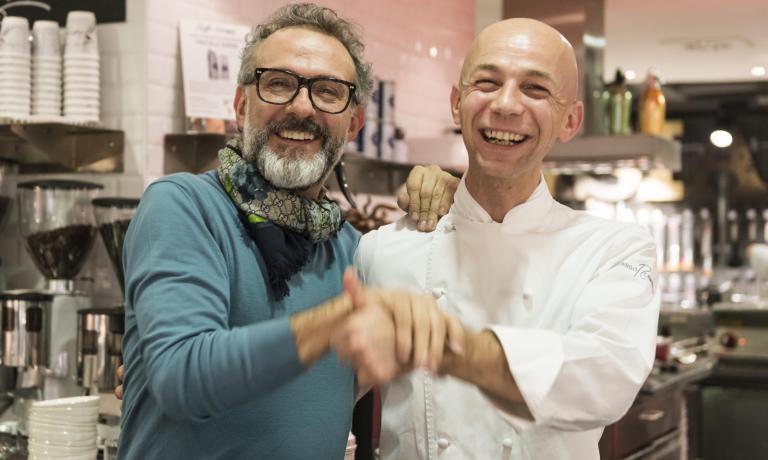 Massimo Bottura e Riccado Camanini scherzano duran