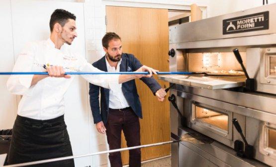 Fabio La Barbera di Bioesserì a Identità Chicago, impegnato a preparare una pizza con l'ausilio dei forni firmati Moretti Forni