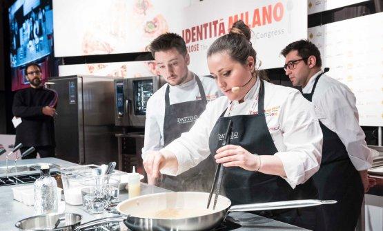 Caterina Ceraudo sul palco con la sua squadra e il presentatore della sezione dedicata alla Calabria, Federico Quaranta