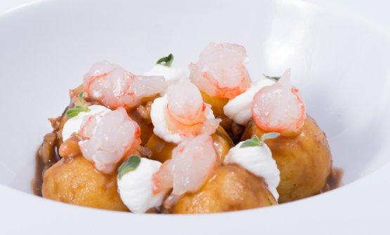Gnocchi di patate quarantine, gamberi rossi, prescinsoa e maggiorana. E' uno dei piatti diImpronta D'Acqua, ristorante aperto da pochi giorni a Cavi di Lavagna (Genova). Al timone, il friulanoIvan Maniago e la compagna Romina Di Fabio, telefono+39.375.5291077