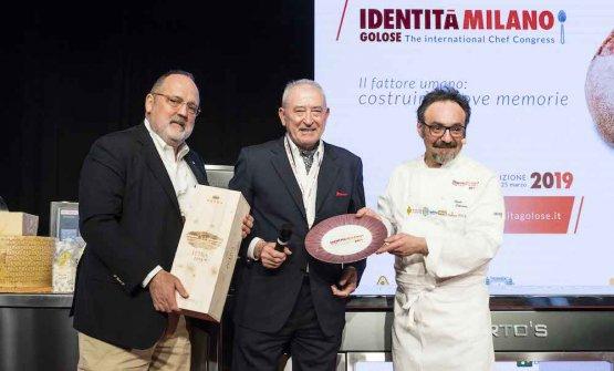 PREMIO CUOCO DELL'ANNO- Vittorio Moretti, presidente di Terra Moretti, premia Paolo Loprioredel ristorante Il Portico ad Appiano Gentile (Como)